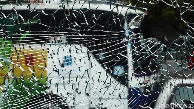 Kaca mobil pecah Foto: Hasan Alhabsy