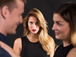 Pergoki Suami Selingkuh, Wanita Ini Cukur Paksa Rambut Pelakor