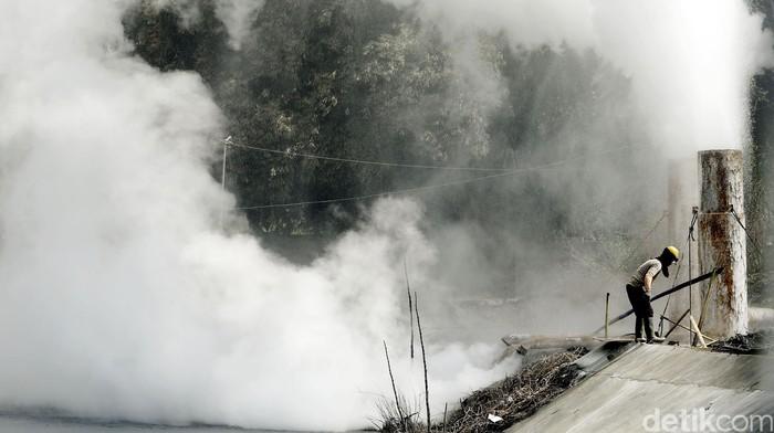 PT Pertamina Persero melalui anak perusahaannya PT Pertamina Geothermal Energy (PGE) menunjukkan keseriusannya dalam pengembangan sumber energi terbarukan. Hal ini dibuktikan dengan progress pembangunan Pembangkit Listrik Tenaga Panas Bumi (PLTP) yang dilakukan di daerah Tompaso Sulawesi Utara lebih cepat dari target yang ditentukan. Rengga Sancaya/detikcom.