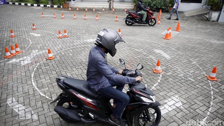 Ujian SIM (Foto: Rachman Haryanto)