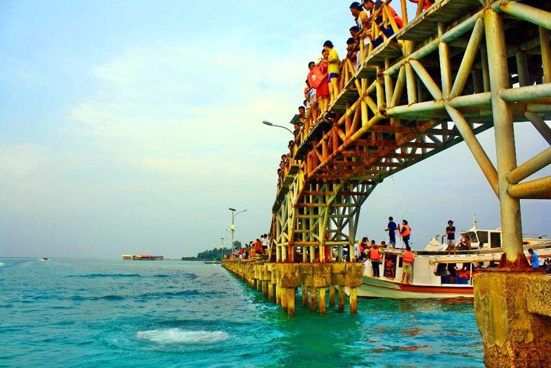 Pulau Tidung di Kepulauan Seribu bisa menjadi destinasi island hoping. Terkenal dengan Jembatan Cinta, traveler juga bisa menikmati laut yang indah, air yang jernih, karang cantik dan budidaya mangrove. (Iwan Setiawan/dTraveler)