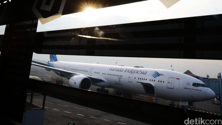 Penumpang garuda  menikmati penerbangan dari jakarta menuju Heathrow Londondi Bandara Soekarno-Hatta, Cengkareng, Kamis (31/3/2016). Garuda Indonesia meresmikan layanan penerbangan langsung ke Bandara Heathrow, London. Hal ini dilakukan sebagai upaya ekspansi bisnis dan sekaligus bentuk Nation Branding. Hasan Alhabshy/detikcom