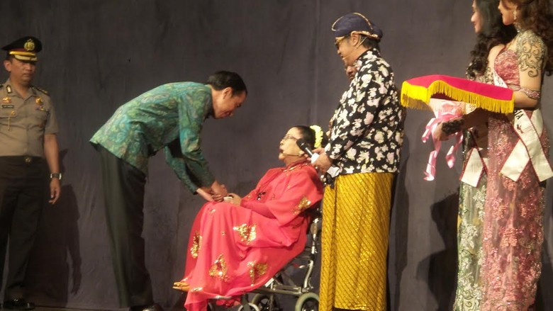 Jokowi Beri Penghargaan Tanda Tresno untuk Waldjinah