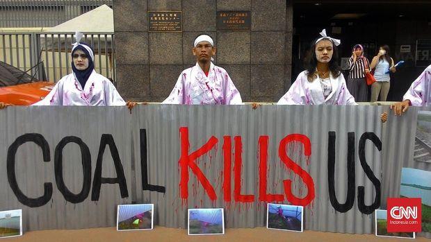 Sejumlah aktivis Solidaritas Keadilan Warga Batang menuntut pemerintah Jepang membatalkan pendanaan pembangunan proyek PLTU batu bara Batang di kantor Kedubes Jepang, Jakarta, beberapa waktu lalu.