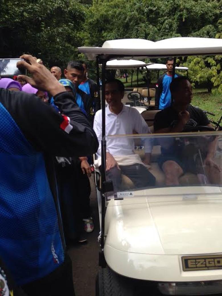 Saat Jokowi Jadi Rebutan untuk Foto Bareng Pengunjung Kebun Raya Bogor
