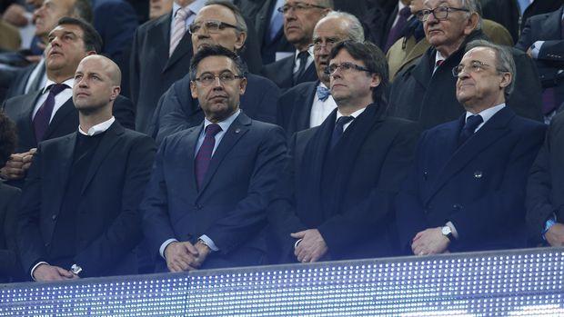 Josep Bartomeu (kedua dari kiri) dan Florentino Perez (kanan) siap berperang demi mendapatkan David Alaba.