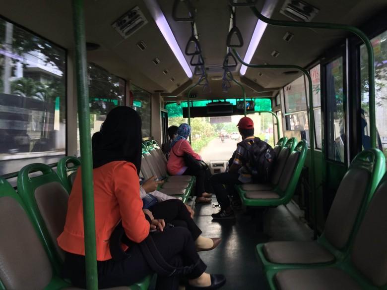 Penumpang KRL Antusias Jajal Bus Feeder TransJ di Stasiun Tebet