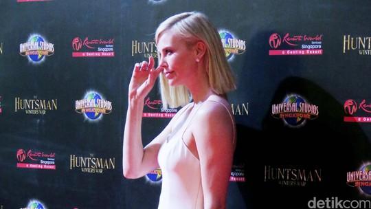 Charlize Theron Seksi Pamer Kaki Jenjang di Singapura