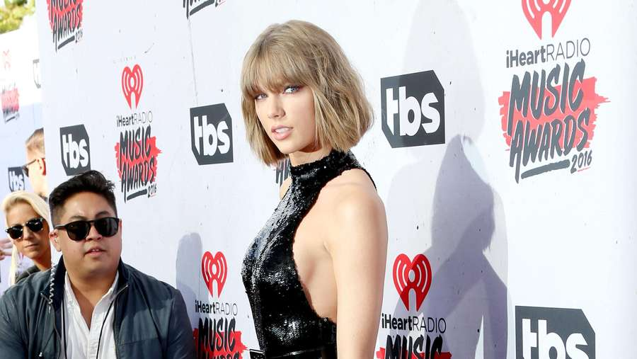 Taylor Swift Dibalut Jumpsuit Superketat