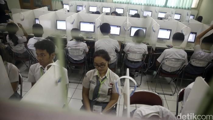 Sebanyak 401 siswa-siswi SMA N 70 Jakarta pada hari ini Senin (4/4/2016) menggelar Ujian Nasional Berbasis Komputer (UNBK). Karena keterbatasan server dan komputer yang ada dan dimiliki SMA N 70, Ujian dibagi menjadi 3 sesi yakni mulai pagi hingga siang menjelang sore hari. Selama tiga hari ke depan, para siswa dan siswi  SMA sederajat di seluruh Indonesia menyelenggarakan Ujian Nasional secara serempak. (FOTO: Rachman Haryanto/detikcom)