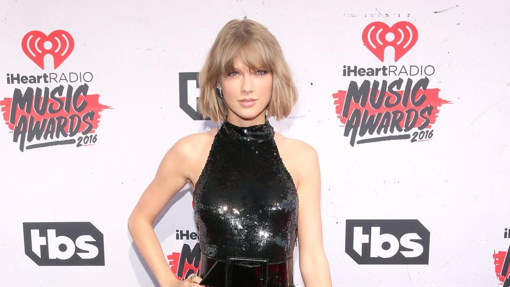 Tatapan Cinta Taylor Swift Saat Nonton Calvin Harris Manggung di Coachella