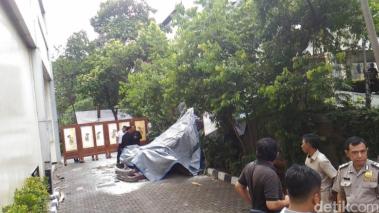 Terluka, Pengemudi Mobil Jatuh di Plaza Centris Dibawa ke RS