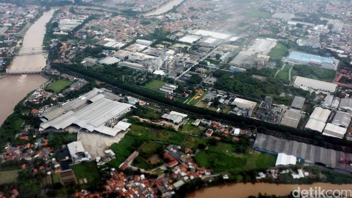Kawasan Industri dan perumahanTanggerang melintasi sungai Cisadane.