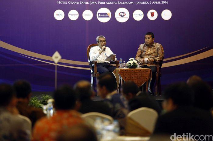 Wakil Ketua Umum Kadin Bidang Infrastruktur dan Konstruksi Erwin Aksa (kanan) bersama Sekjen KemenPUpera Taufik Widjoyono (kiri) memberikan pemaparan tentang pembangunan Infrastruktur dan konstruksi di Indonesia, di Jakarta, Rabu (6/4/2016).