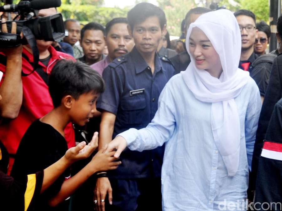 Zaskia Gotik Tampil Berkerudung, Risty Tagor Datangi KPAI