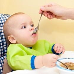 Untuk Bayi 7 Bulan Mana Porsi MPASI yang Ditambah, Bubur atau Buah?