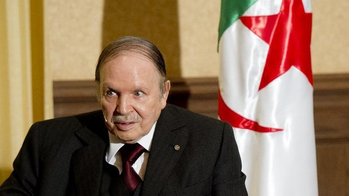 Algerian President Abdelaziz Bouteflika meets with his French counterpart Francois Hollande at the Zeralda private residence on June 15, 2015, in Algiers. Hollande is on a friendship and working visit to Algeria at the invitation of Algerian President, Abdelaziz Bouteflika as the two nations, once bitter foes, work ever closer to tackle regional threats from Mali to Libya. AFP PHOTO / POOL / ALAIN JOCARD / AFP PHOTO / POOL / ALAIN JOCARD