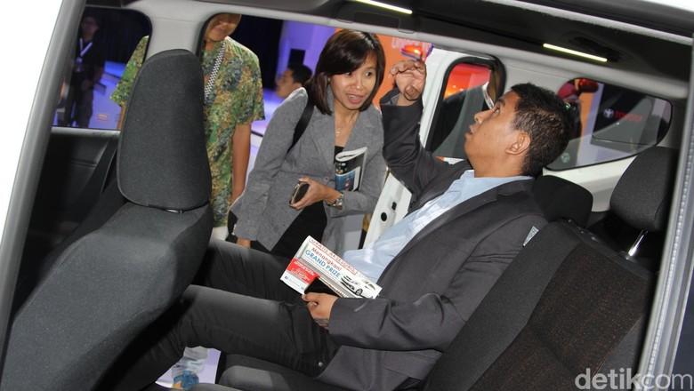 Seorang calon pembeli mobil melihat-lihat interior mobil yang dipamerkan di IIMS beberapa waktu lalu. Foto: Rangga Rahadiansyah