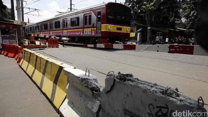 Dinas Perhubungan dan Transportasi (Dishubtrans) DKI Jakarta Pada hari ini Kamis (7/4/2016) menutup persimpangan tak sebidang di bawah Flyover Tebet dengan menggunakan Movable Concrete Barrier (MCB) beton. Penutupan ini untuk mengantisipasi dan tidak mengulangi kecelakaan yang kerap terjadi diperlintasan Kereta Api sebidang karena tidak taatnya pengendara lalu lintas. (FOTO: Rachman Haryanto/detikcom)