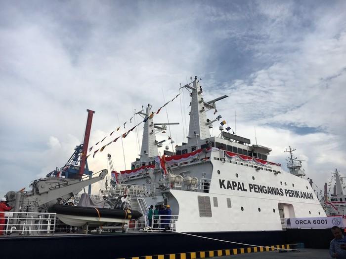 Menteri Kelautan dan Perikanan, Susi Pudjiastuti, meresmikan 4 kapal pengawas perikanan Illegal fishing.