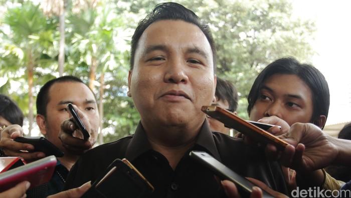 Anggota Komisi Kejaksaan (Komjak) Barita Simanjuntak menyambangi KPK untuk memastikan operasi tangkap tangan yang dilakukan di lingkungan Korps Adhyaksa. Dia menyebut ada seorang jaksa yang tengah menjalani pemeriksaan.