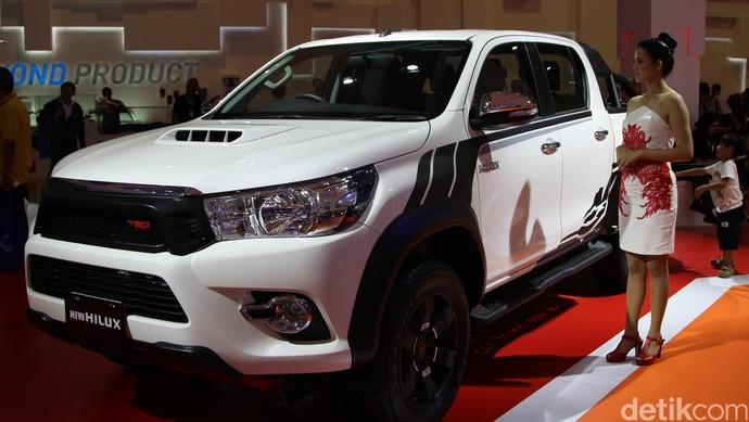 Untuk Toyota, di Indonesia, ada pikap Hilux. Hilux menggunakan mesin 2GDH menggantikan seri sebelumnya 2 KD-FTV VNT. Mesin ini mampu menghasilkan power maksimum sebesar 149,6 PS dan torsi maksimum 40,8 kgm. Pengguna pikap dobel kabin ini lebih menyukai kendaraan dengan power lebih besar dan desain yang lebih kokoh. Foto: Dadan Kuswaraharja
