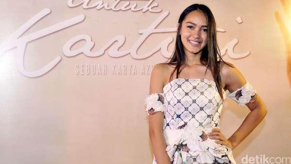 Melayu Nicole Tampil dengan Dress Mini Batik