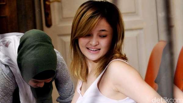 Syuting Film, Marshanda Mesra dengan Pria di Ranjang
