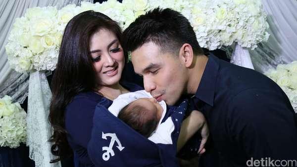 Kebahagiaan Jonathan Frizzy dan Istri Sambut Anak Ketiga