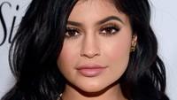 Kylie Jenner Bongkar Alasan Nyandu Filler Bibir, Berawal dari Ciuman Gagal