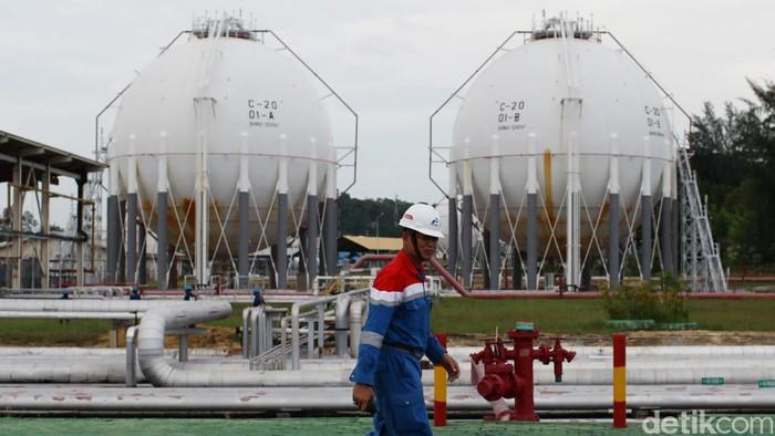 Melihat Kilang Terbesar Kedua di Indonesia  Petugas melakukan pengecekan jaringan pipa minyak di kilang unit pengolahan (Refinery Unit) V, Balikpapan, Kalimantan Timur, Kamis (14/04/2016). Kilang RU V merupakan kilang Pertamina terbesar ke-2 di Indonesia dengan kapasitas 260.000 barel per hari yang dihasilkan dari kilang Balikpapan 1 dan 2. Jumlah tersebut akan ditingkatkan menjadi 360 juta barel per hari melalui program Refinery Development Master Plan. Hasil produksi dari kilang unit pengolahan (Refinery Unit) V didistribusikan ke Pangkalan Bun, Sampit, Pulang Pisau, Kendari, Bau Bau, Gorontalo, Benoa, Biak dan Ambon. Grandyos Zafna/detikcom