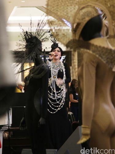 Foto Penampilan Glamor Ala Great Gatsby Syahrini