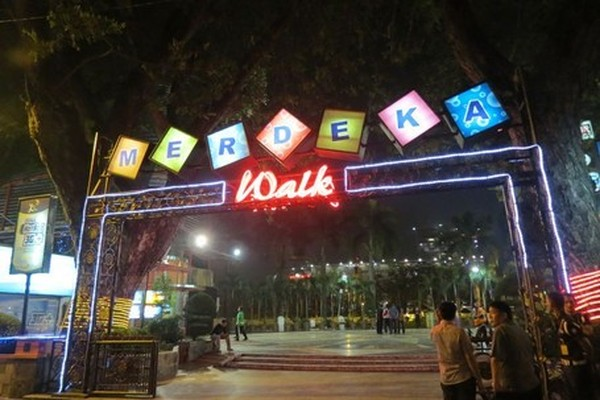 Jika Yogya punya Malioboro sebagai tempat nongkrongnya anak muda, maka Medan punya Merdeka Walk. Terletak di kawasan Lapangan Merdeka, tak jauh dari Kantor Pemerintahan Kota Medan, wajib datang ke tempat ini saat traveling ke Medan. (Fitraya/detikTravel)