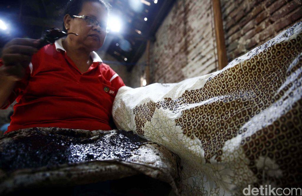 Kampung Batik Trusmi merupakan pusat industri batik di Cirebon sekaligus sebagai tempat wisata kuliner. Kampung ini terletak di Plered, Cirebon, sekitar empat kilometer di sebelah barat Kota Cirebon. Pengrajin batik di desa Trusmi dan sekitarnya kurang lebih berjumlah kurang lebih dari 3000 tenaga kerja asli perkampungan tersebut. (FOTO: Rachman Haryanto/detikcom)