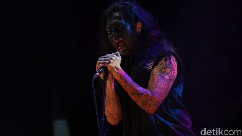Aksi Koil di Hammersonic 2018, Banting hingga Lempar Gitar ke Penonton