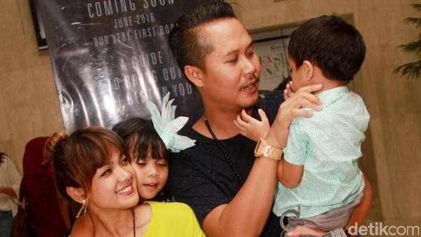 Nirina Zubir Nikmati Akhir Pekan Bersama Suami dan Anak