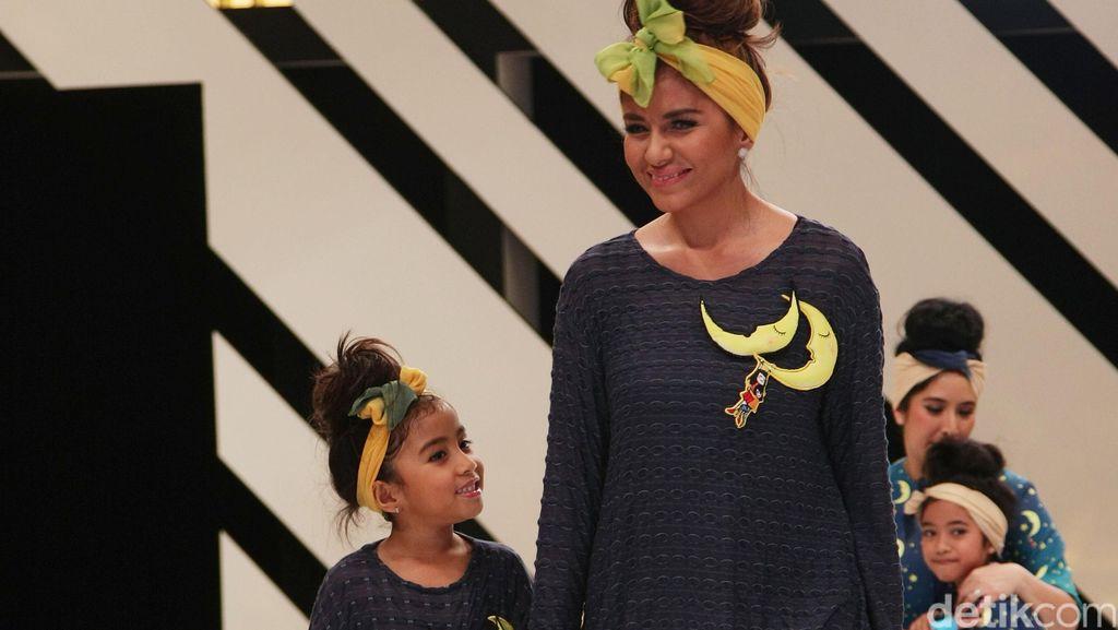 Foto: So Cute! Aksi Para Selebriti Cantik & Anaknya di Catwalk Mel Ahyar
