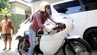Dian Ayu mengaku gemar mengendarai sepeda motor sejak remaja. Kini ia memiliki beberapa motor custom bersama sang suami, Ananda Omesh. Foto: Asep Syaifullah