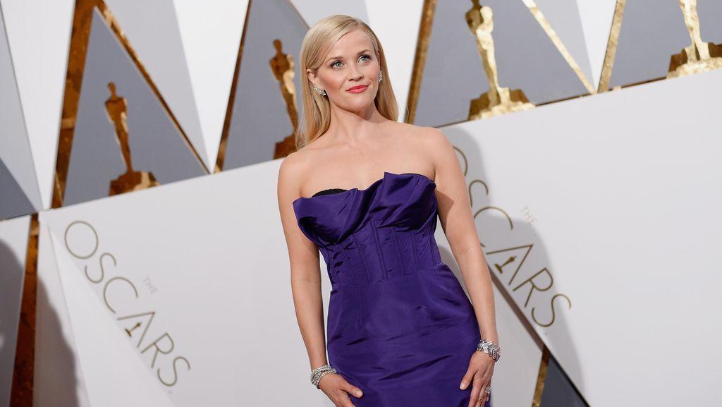 Reese Witherspoon Umumkan Buku Baru Berjudul Whiskey in a Teacup