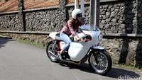 Dian Ayu begitu sayang dengan motor custom-nya. Foto: Asep Syaifullah