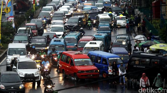 Angkutan Umum mengantre di jalan Margonda, Depok, Jawa Barat, Rabu (20/04/2016). Wakil Walikota Depok, Pradi, menginginkan agar seluruh pengemudi angkutan umum diwajibkan untuk menggunakan kartu identitasnya yang terpasang juga di dalam angkot. Hal ini dilakukan untuk memberikan rasa nyaman dan aman kepada penumpang.