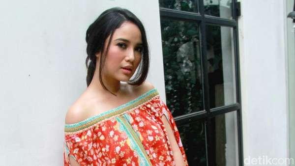 Chacha Frederica Bergaya Dengan Batik Rancangannya