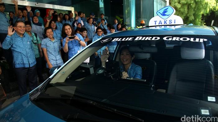 Blue Bird ikut memperingati Hari Kartini melalui program Kartini Masa Kini yang diikuti seluruh pengemudi Blue Bird se-Jabodetabek hingga jajaran manajemen yang semuanya perempuan.
