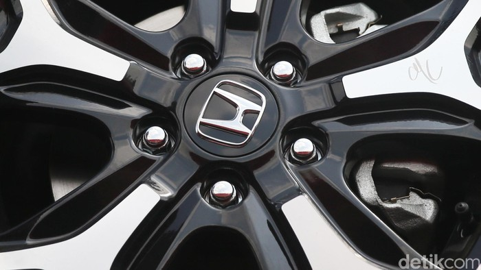 Logo Honda pada pelek mobil
