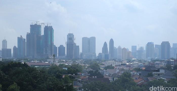 Gedung tinggi di kawasan SCBD dan Gatot Subroto Jakarta dilihat dari Wisma PMI, Jakarta Selatan, Jumat (22/4/2016)