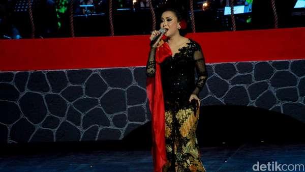 Aksi Sundari Soekotjo di Konser 40 Tahun Berkarya