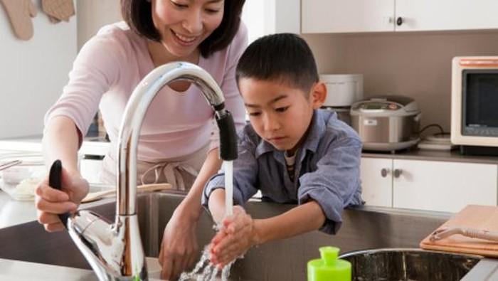 anak dan ibu cuci tangan