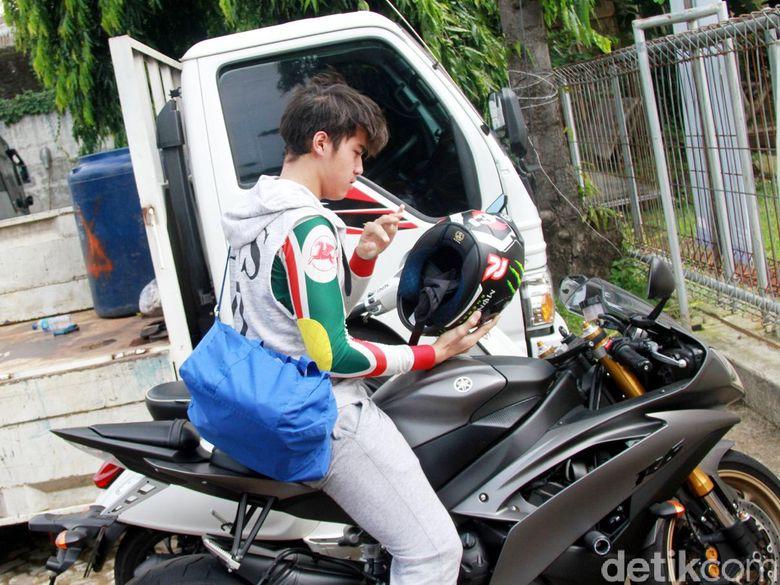 El menaiki motor Yamaha YZF-R6 miliknya. Pool/Gus Mun/detikFoto.