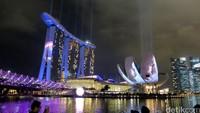 Pesta kembang api digelar di Helix Bridge, hotel Marina Bay Sands dan ArtScience Museum.