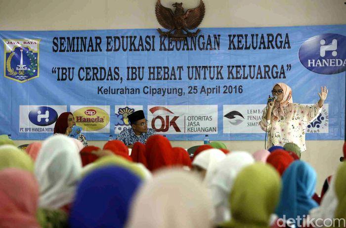 Seminar bertema Ibu Cerdas, Ibu Hebat, Ciptakan Generasi Berkualitas ini digelar oleh Kelurahan Cipayung bekerjasama dengan Haneda Group.